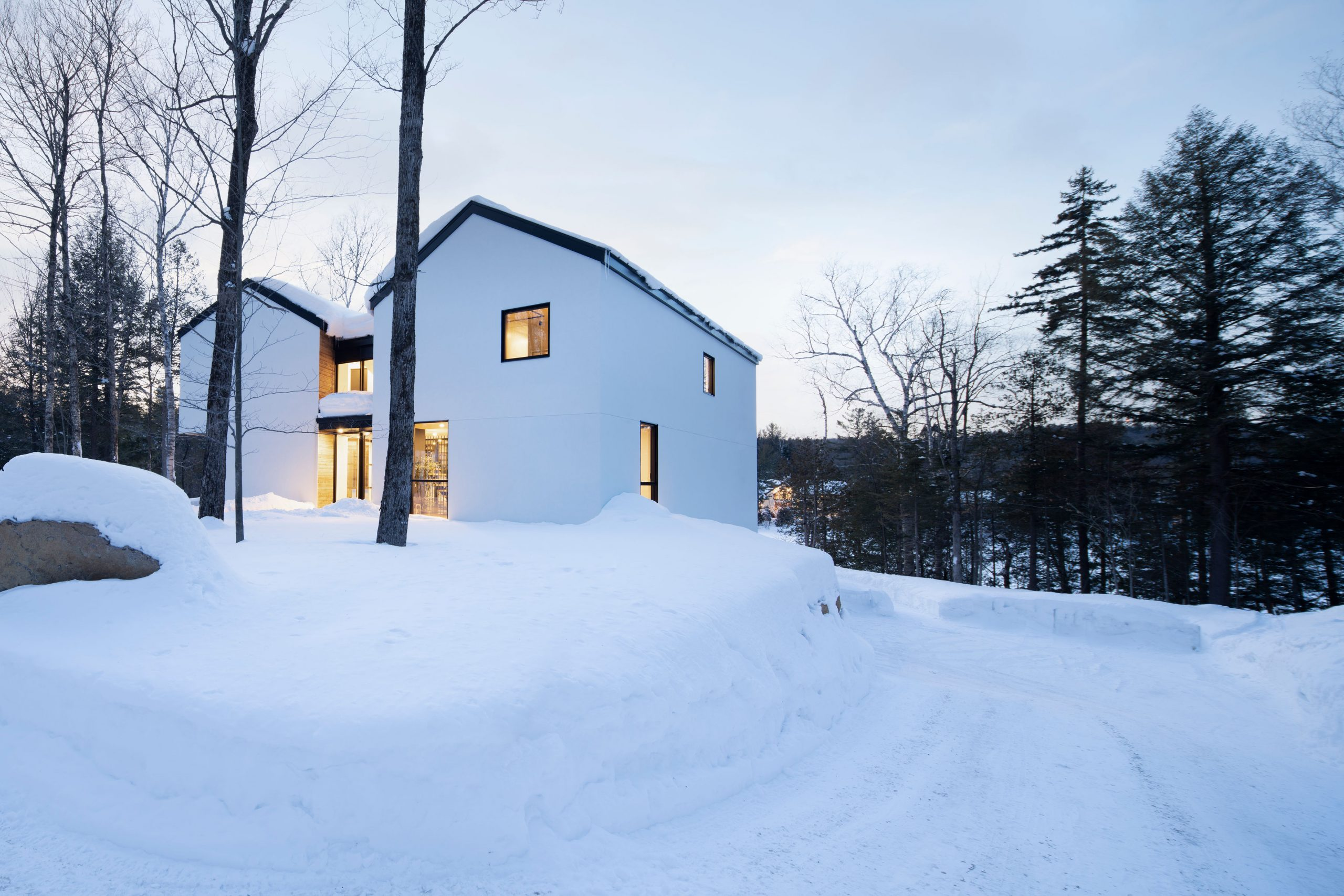 Photo architecture, Blanchette Architectes, Winter house Canada, Design Country house with panoramic view at blue hour. Fenêtre Fabelta