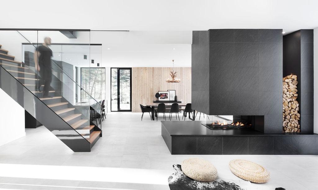 Maison Tremblant winter house disign with black metal cladding and cedar wood cladding par Blanchette Architectes,